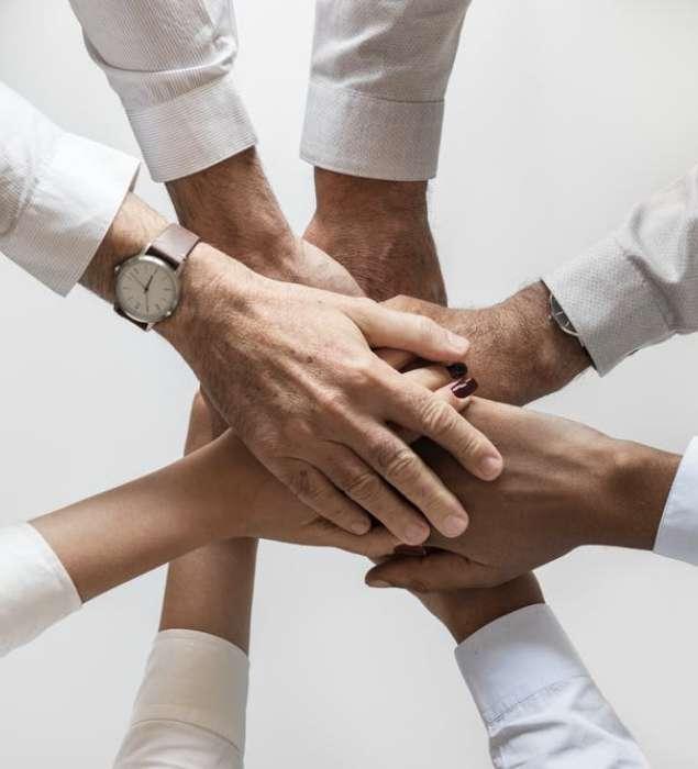équipe mains ensemble