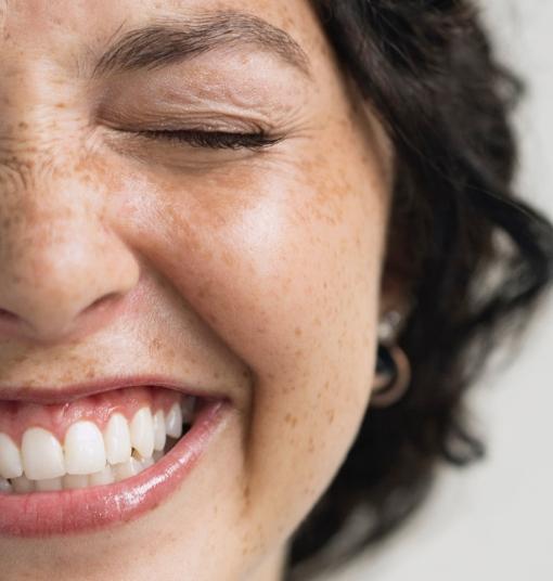 visage de femme souriante
