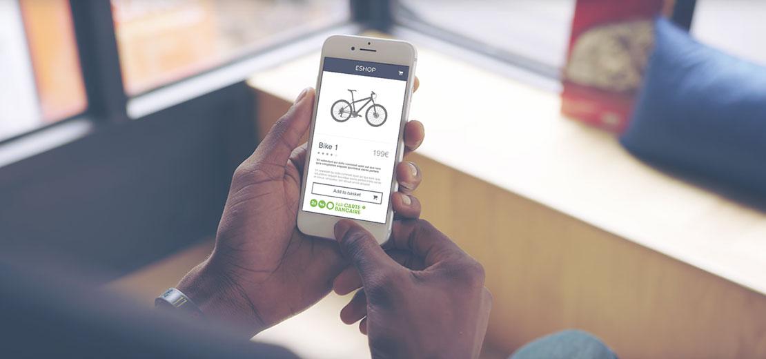 personne utilisant l'application oney sur son smartphone